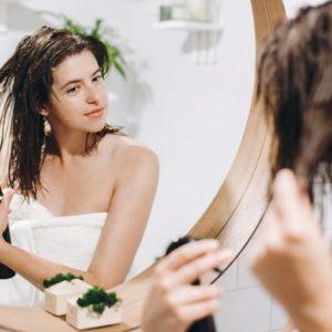 Zalety naturalnych produktów dla osób z tłustą skórą i suchymi włosami